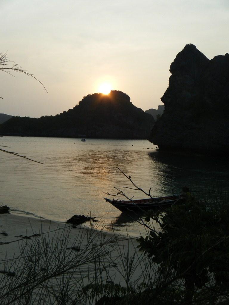 Le soleil se lève en Thaïlande. Le temps idéal pour une randonnée Kayak
